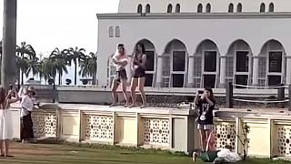 Malezya'da cami avlusunda kısa şort ve göbeği açık elbiseyle dans turistlere yasak getirdi