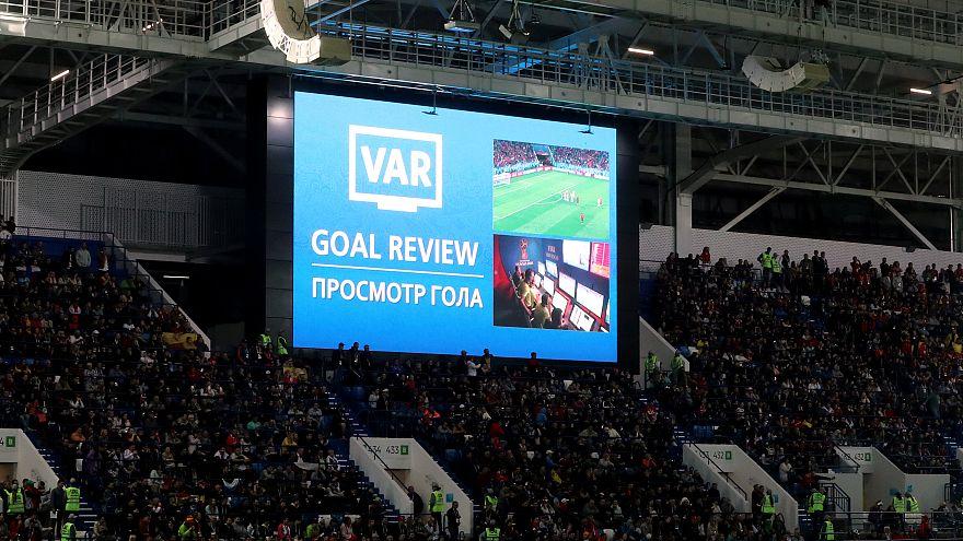 شاشة داخل الملعب تظهر استخدام تقنية فار لمشاهدة هدف