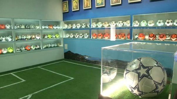 شاهد: حكم سابق يبني متحفا يضم 800 كرة قدم