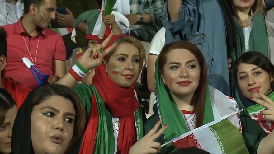 مشجعات إيرانيات داخل ملعب (آزادي) بطهران