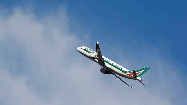 اعتقال امرأة أثارت شغباً على متن طائرة بسبب هبوط اضطراري