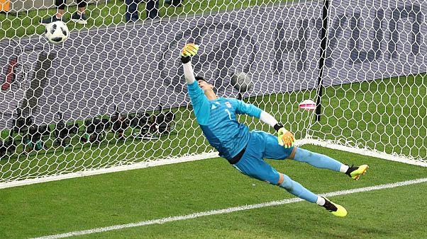 علي رضا بيرانفاند محاولا صد كرة للفريق البرتغالي - المصدر: رويترز.