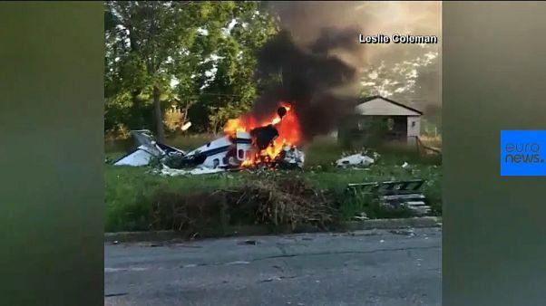 شاهد: ناج وحيد يخرج من حطام طائرة تلتهمها النيران