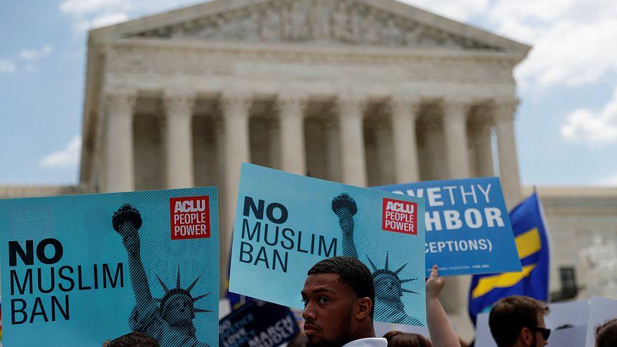 متظاهرين ضد قرار المحكمة العليا بحظر السفر - المصدر: رويترز.