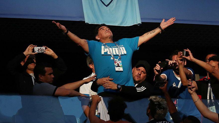 Emoções pregam susto a Maradona