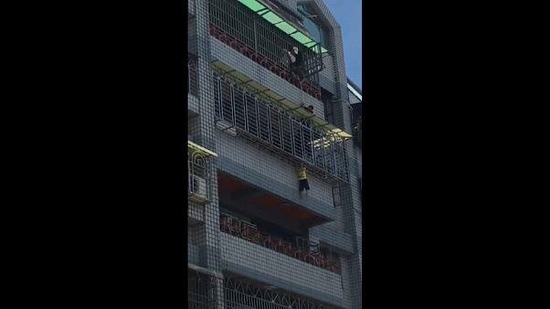 شاهد عملية إنقاذ طفل علق رأسه بشرفة منزله في تايوان
