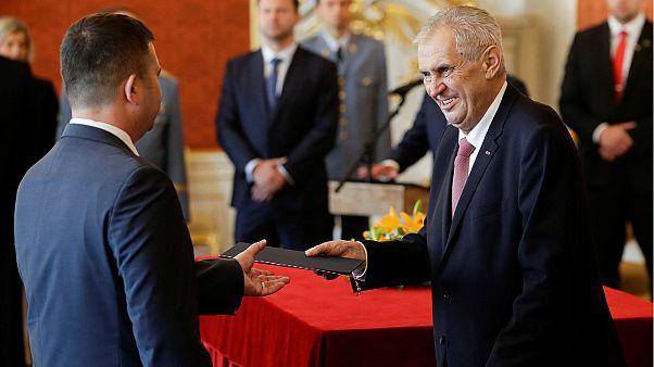 الرئيس التشيكي يسلم وثيقة لوزير الداخلية الجديد - المصدر: رويترز.