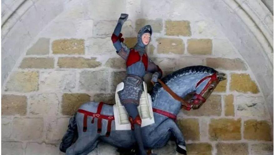 İspanya: Aziz George heykelinin yeni hali çizgi film karakterine benzetildi
