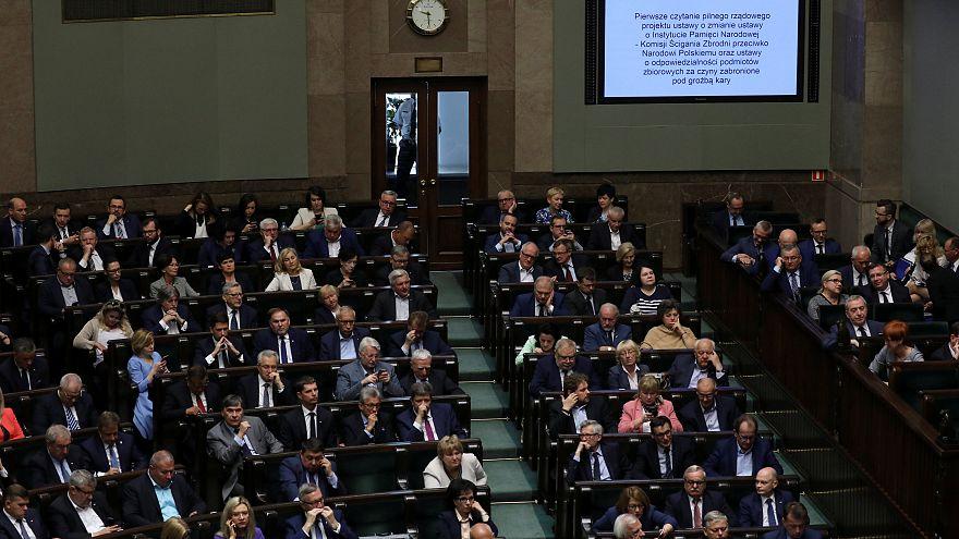 Polónia retira penas de prisão de polémica lei do Holocausto