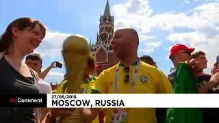 Brazil és szerb szurkolók a Vörös téren