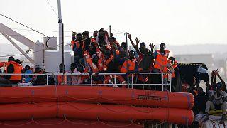 مهاجرون على متن السفينة لايفلاين - المصدر: رويترز.