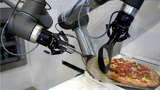 هل تتحدى الروبوتات البشر في صناعة فطائر البيتزا؟