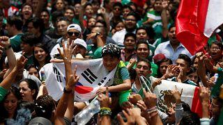 Mexikói ünneplés egy dél-koreai fiúval Mexikóvárosban