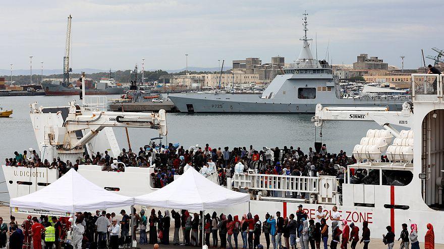 Bevándorlók szállnak partra Catania kikötőjében 2018. június 13-án