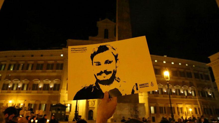 صورة من أرشيف رويترز لرجل يحمل صورة للطالب الإيطالي جوليو ريجيني في  روما