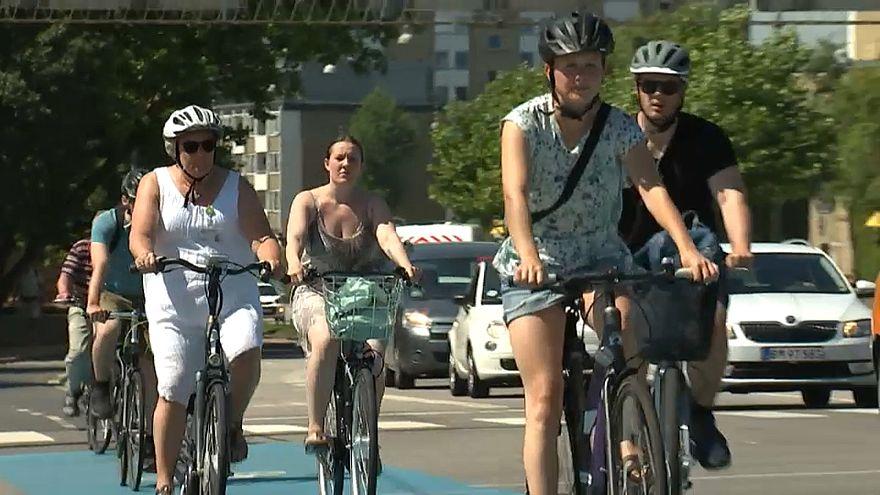 دراجات بسرعة 45 كم/ساعة تسير في شوارع كوبنهاغن