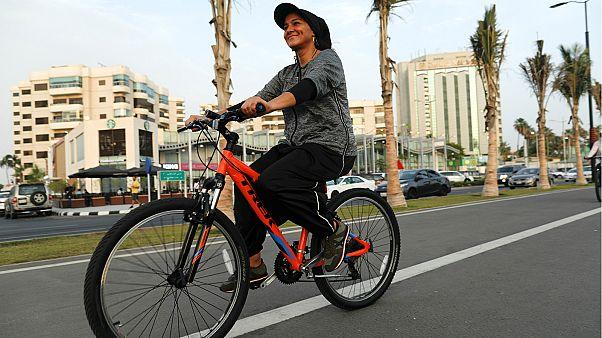 إيمان جوهرجي على دراجتها الهوائية - المصدر: رويترز.