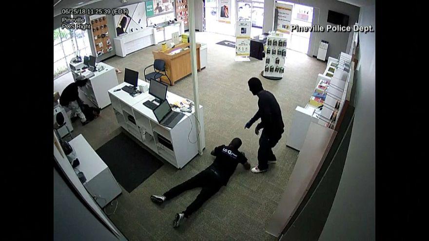 شاهد: أسهل عملية سرقة لمتجر للهواتف المحمولة