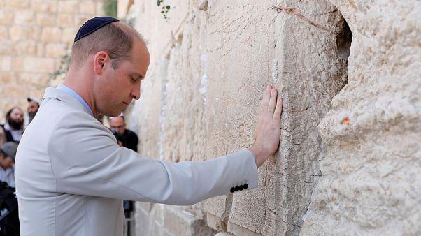 Le prince William se recueille devant le mur des Lamentations