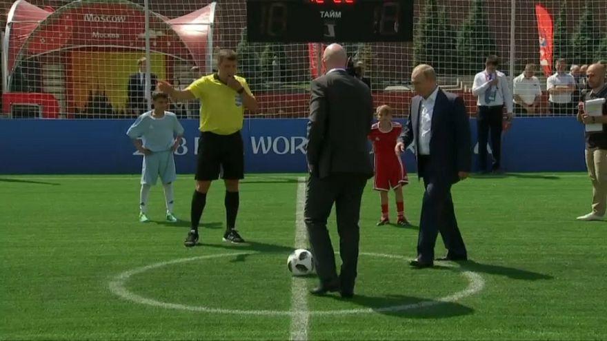 شاهد: بوتين يختبر مهارته الكروية في الساحة الحمراء