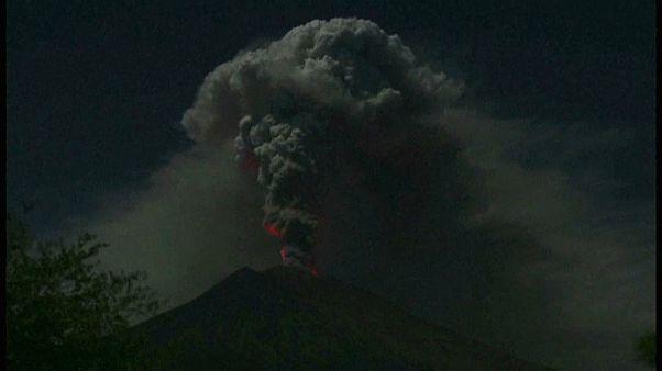 Аэропорт закрыт из-за вулкана