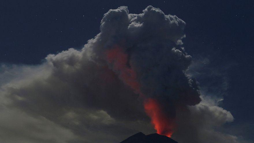 Bali : un énorme nuage de cendres cloue les avions au sol
