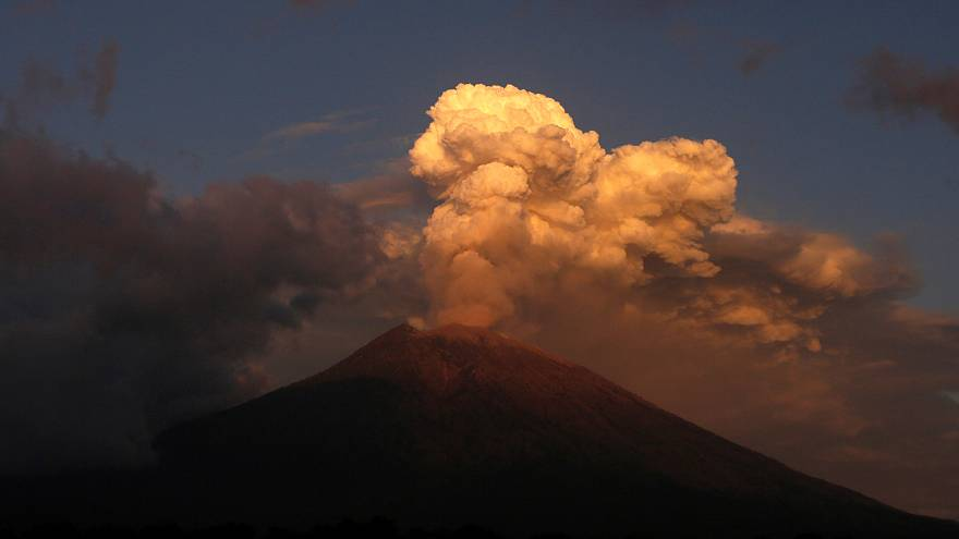 شاهد: بركان جبل أجونغ في أندونيسيا يجدد نشاطه بعد أشهر من الهدوء