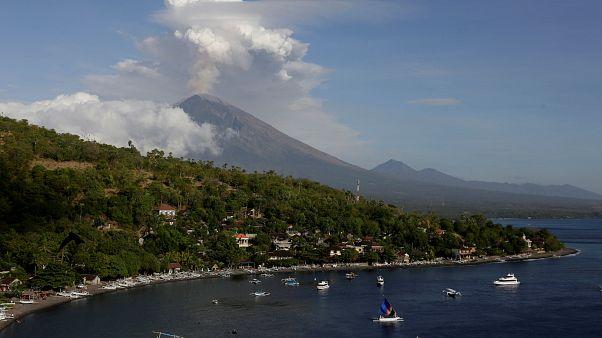 Ash cloud hangs over Bali volcano