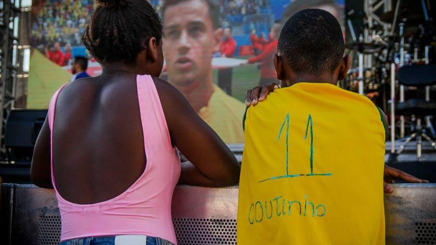 Coutinho envía una camiseta oficial a un niño de las favelas tras una foto viral