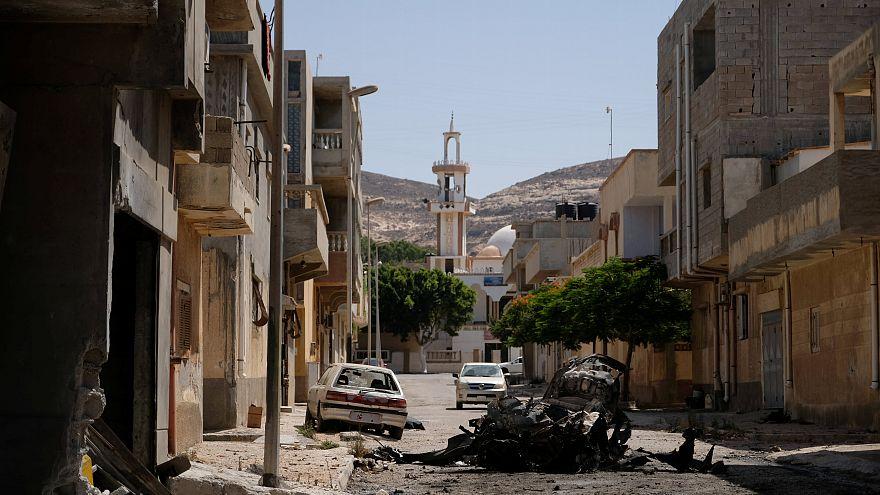 منظر للمباني والسيارات المدمرة بعد سيطرة قوات حفتر عليها - رويترز.