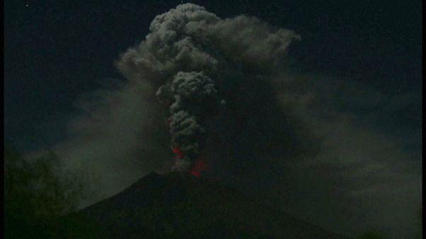 La erupción de un volcán en Bali cierra temporalmente tres aeropuertos y deja bloqueados a miles de turistas
