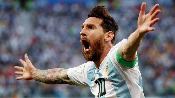 الأرجنتيني ليونيل ميسي يحتفل بتسجيل هدفه الأول على نيجيريا - رويترز