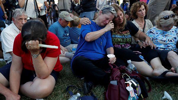 Centenas em vigília depois de tiroteio em jornal de Anápolis