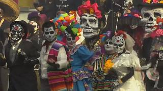 I messicani portano il Día de Muertos al mondiale russo