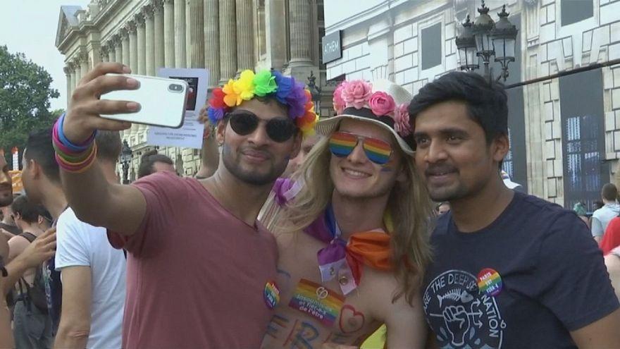 I colori dell'arcobaleno illuminano Parigi