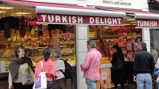 شهرداری استانبول تابلوی مغازهها به زبان عربی را پاک میکند