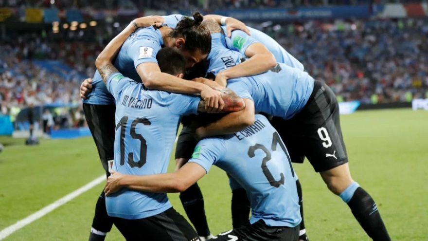 Un deslumbrante Cavani da a Uruguay el paso a cuartos