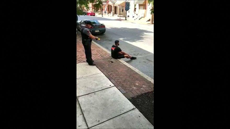 شاهد: شرطي أمريكي يصعق رجلا أسود كان يجلس على الرصيف