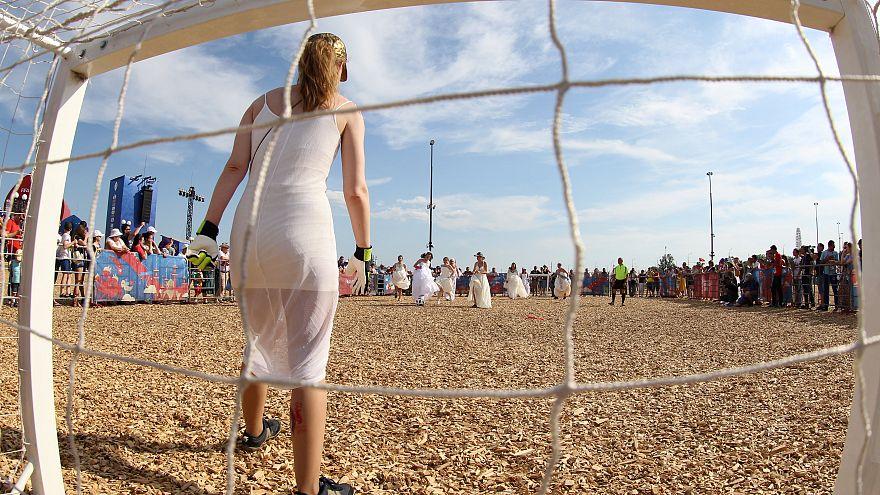 شاهد: مبارة كرة قدم بأثواب الزفاف في روسيا