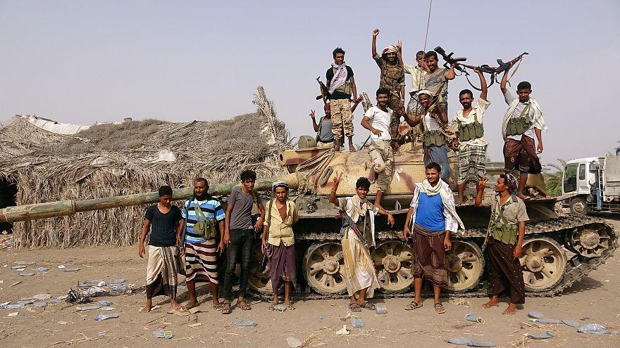 Kormányhű harcosok Hodeida közelében 2018. június 1-én