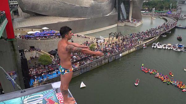 شاهد: القفز في الماء من علوّ 27 مترا في بيلباو