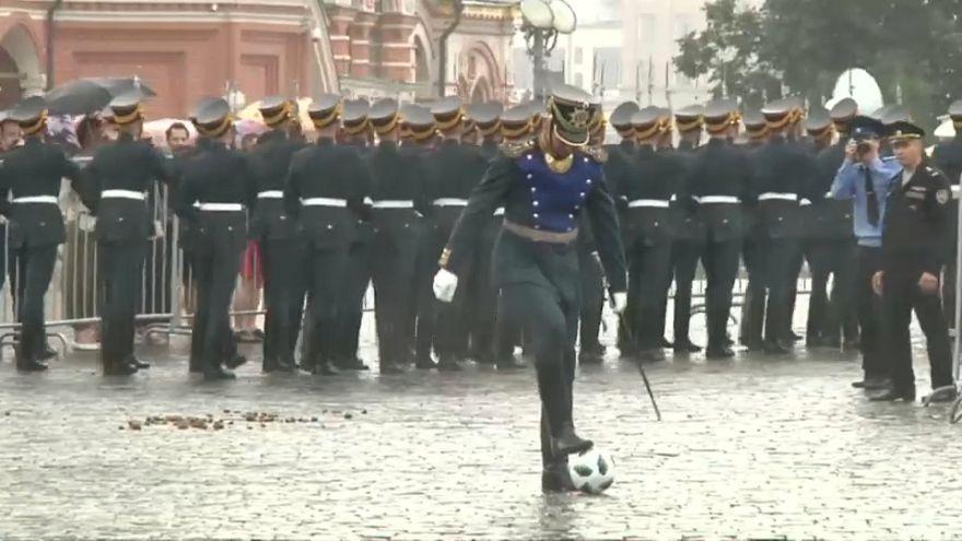شاهد: حمى كأس العالم تطال الحرس الجمهوري الروسي