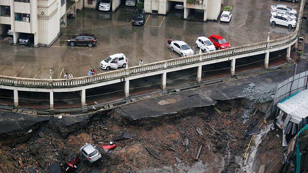 شاهد: الأرض تنخسف في إحدى الأحياء الصينية