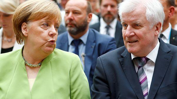 Almanya Başbakanı Merkel, koalisyon ortağı Seehofer ile birlikte.
