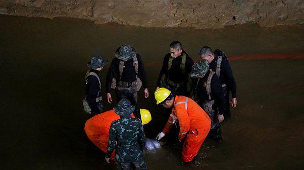 Αγωνιώδεις έρευνες για τον εντοπισμό εφήβων εγκλωβισμένων σε σπηλιά