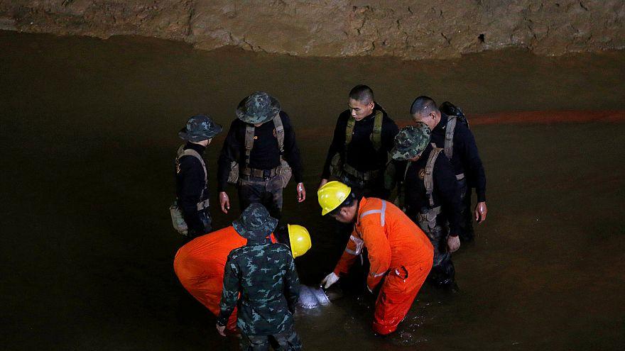 Tayland'da mağarada kaybolan futbolcu çocuklar için umut ışığı yanmaya devam ediyor