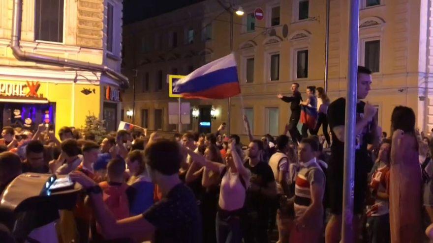 Las aficiones de Rusia y Croacia celebran el pase a cuartos