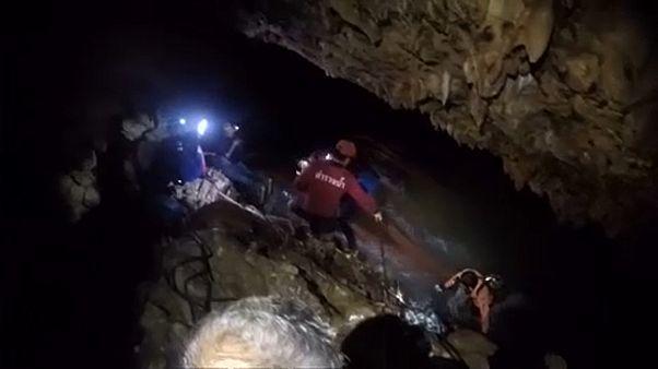 Kilenc nap után életben maradtak a thaiföldi barlangban