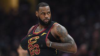 LeBron James part aux Lakers