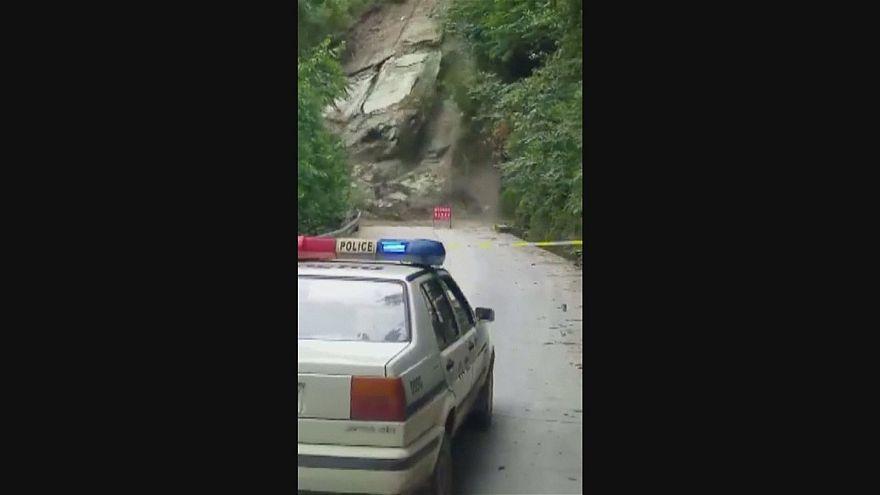 Estrada cortada na China devido a deslizamento de terras